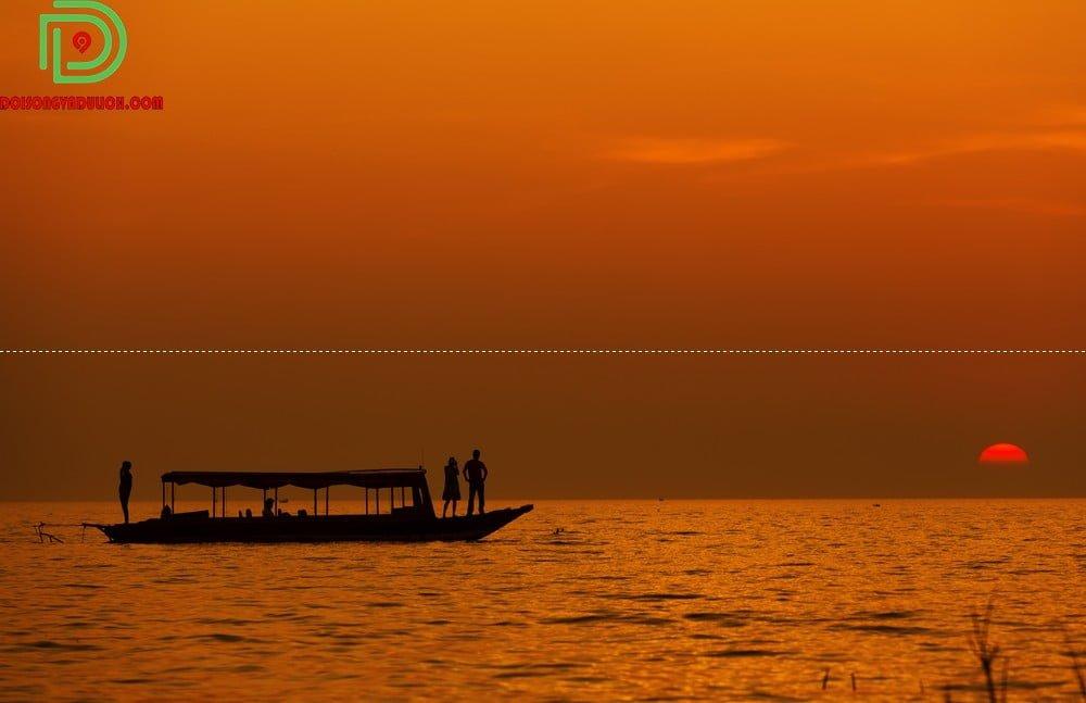 Hoàng hôn ở biển hồ Campuchia