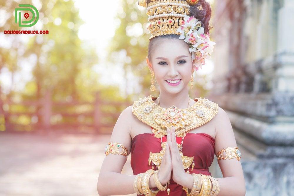 cô gái mang trang phục truyền thống
