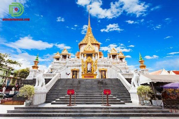Khung cảnh bên ngoài chùa vàng