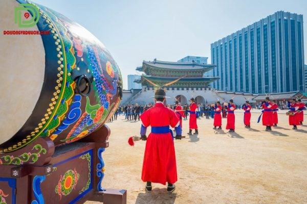 trang phục truyền thống thông báo về cung điện