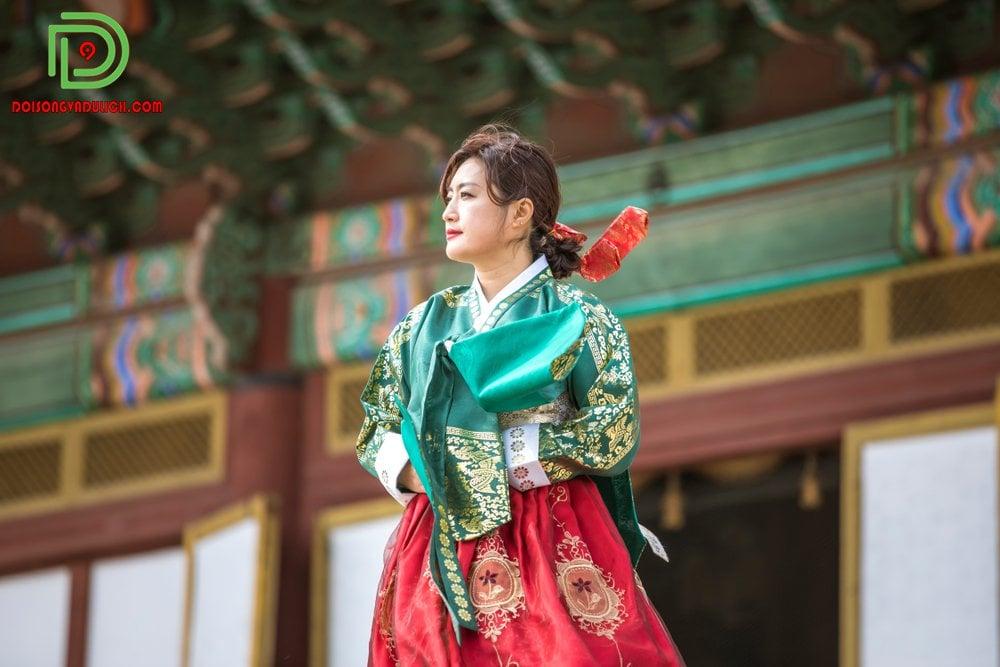 người phụ nữ măng trang phục truyền thống Hàn Quốc