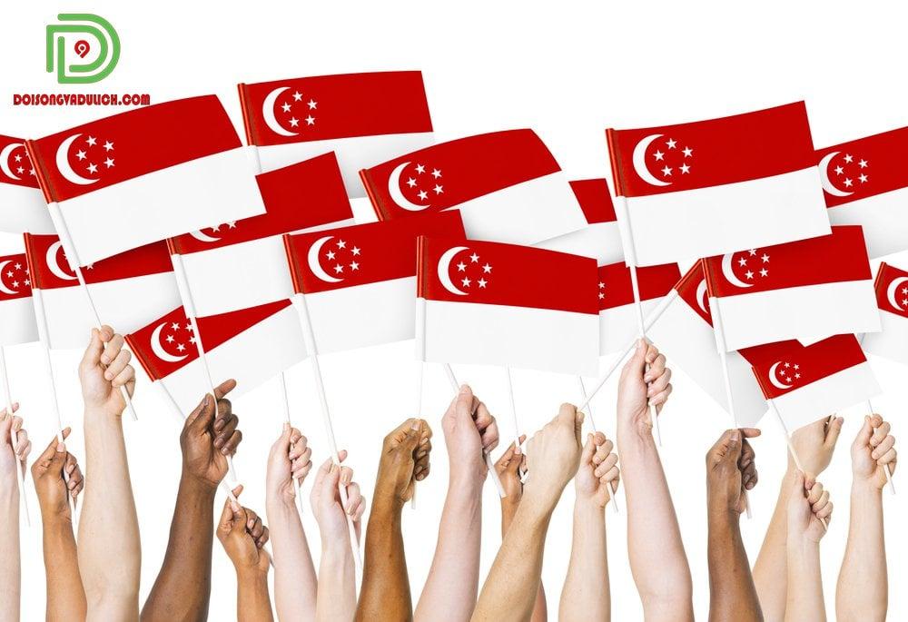 Cờ Singapore trên tay các dân tộc anh em
