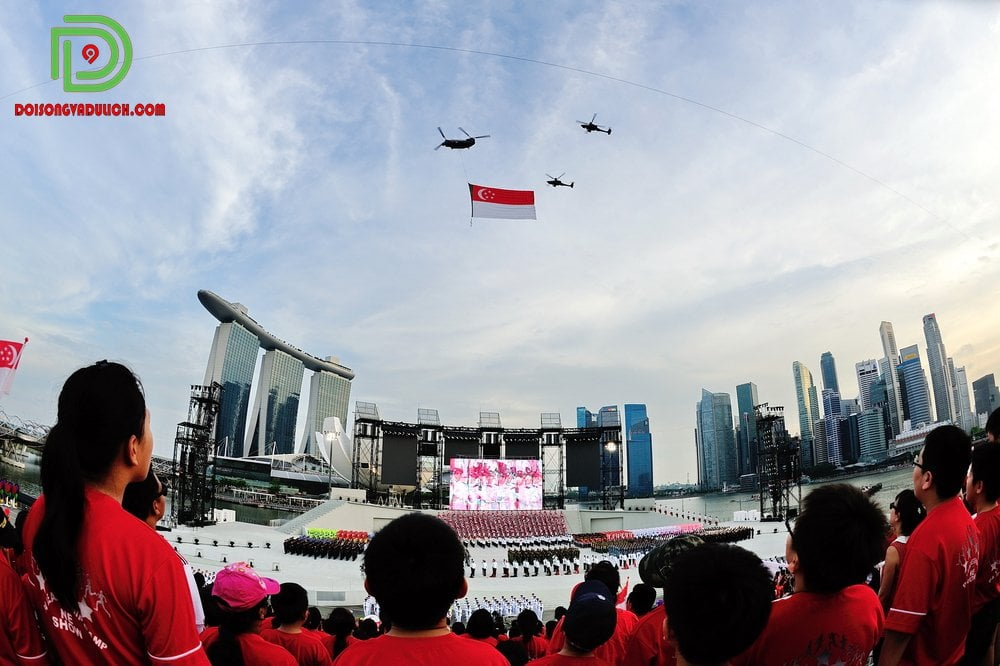 Quốc kỳ Singapore được trực thăng kéo lên