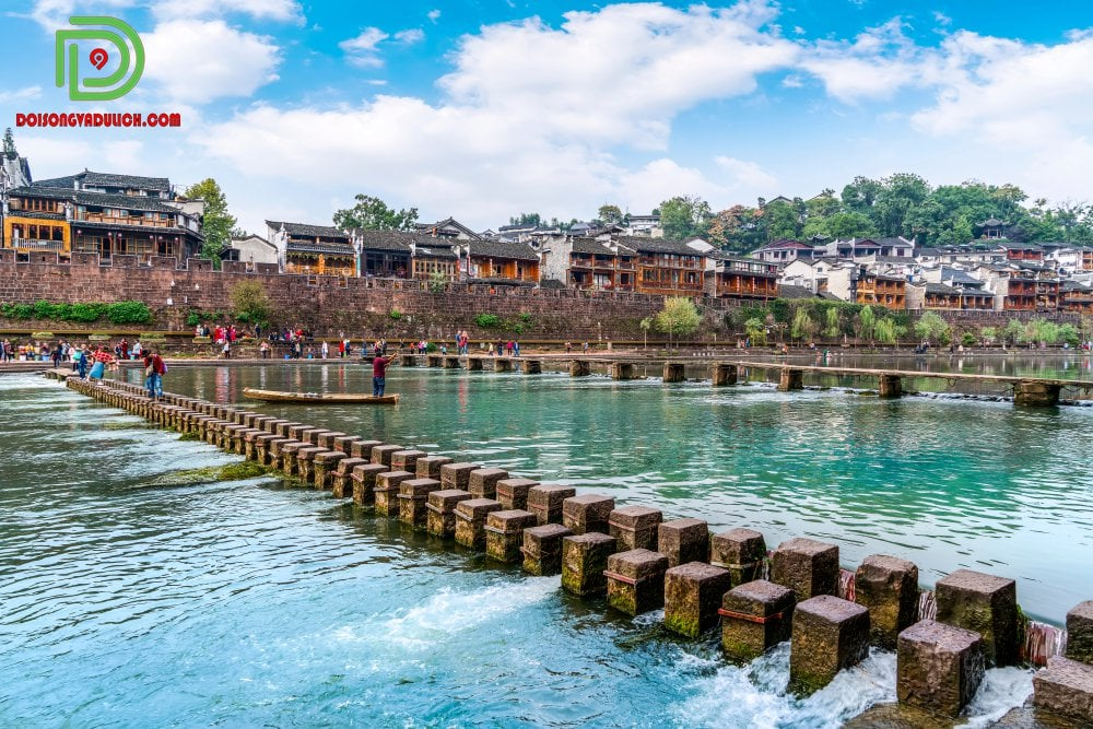 Cầu đá trên sông Đà Giang