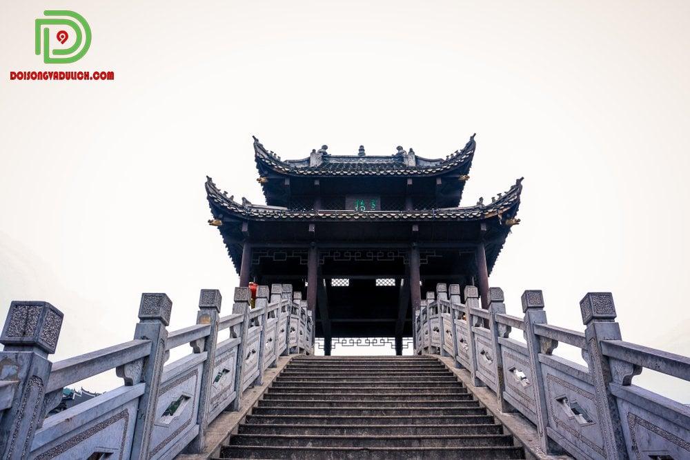 lối lên lầu Phong Thúy Hồng Kiều