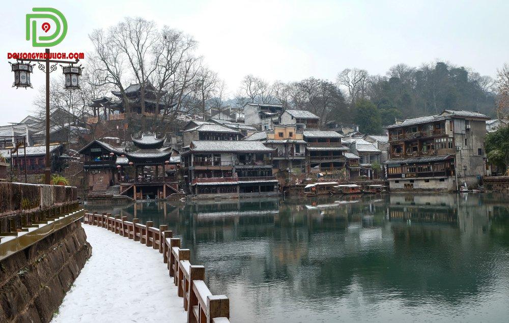 Con đường Phượng Hoàng Cổ Trấn mùa đông